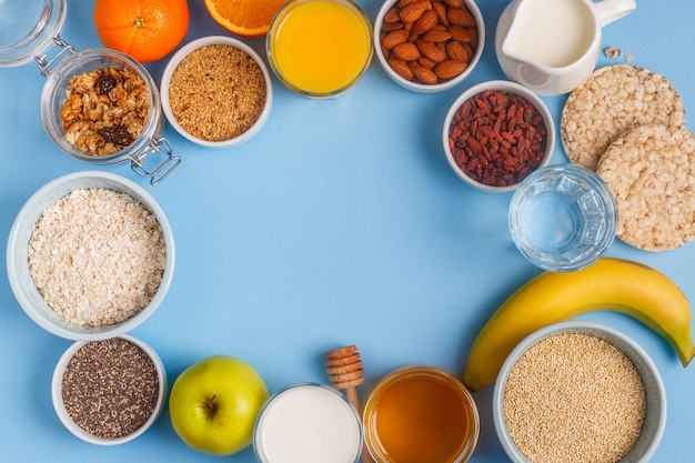 Petit-déjeuner utile sur fond bleu pastel