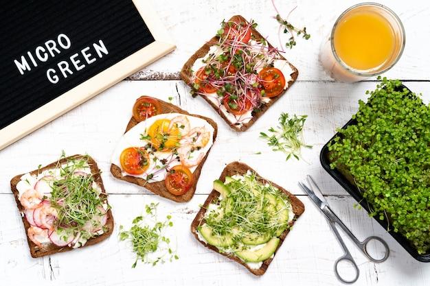 Petit déjeuner varié apéritif pain complet sandwichs grille-pain avec fromage à la crème radis avocat
