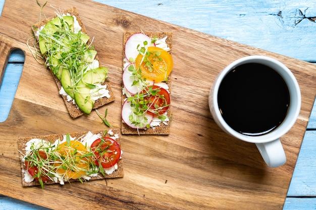 Petit-déjeuner varié, apéritif sandwichs au pain complet, grille-pain au fromage à la crème, vue de dessus.