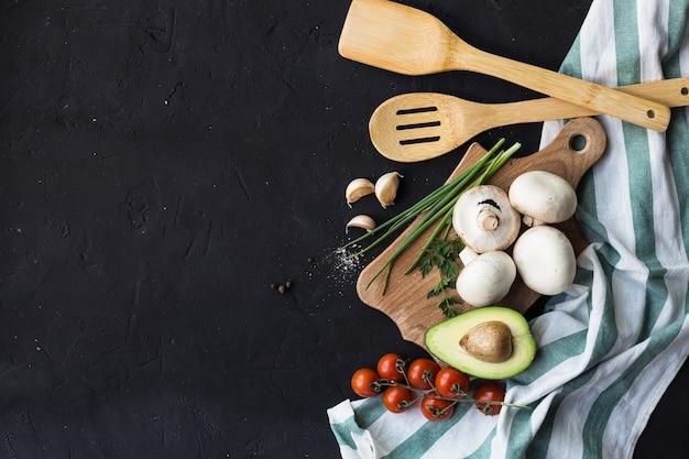 Petit déjeuner végétalien tortillas de riz avocat tomate épices oignons
