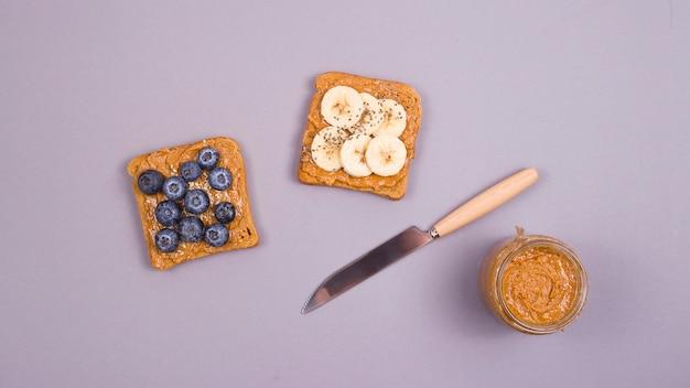 Petit-déjeuner végétarien sain avec beurre d'arachide, fruits et superaliments.