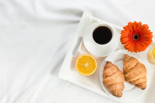 Petit-déjeuner vue de dessus au lit le jour de la fête des mères