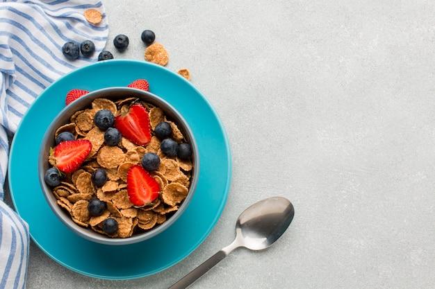 Petit-déjeuner vue de dessus avec des céréales