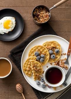 Petit-déjeuner vue de dessus avec des gaufres et des œufs