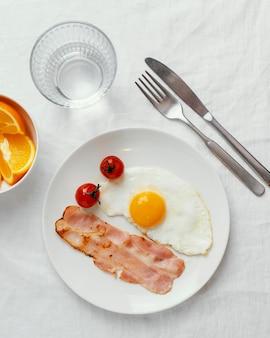 Petit-déjeuner vue de dessus avec oeuf et bacon