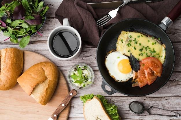 Petit-déjeuner vue de dessus avec œufs et légumes