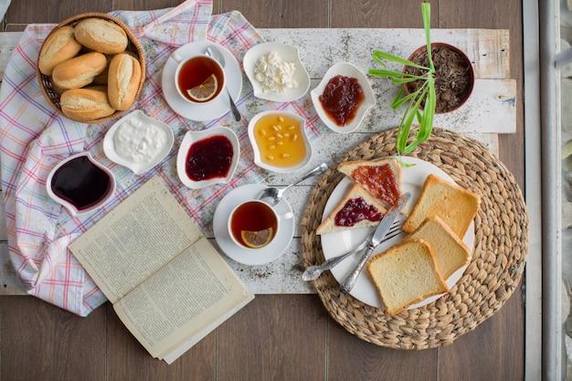Petit déjeuner sur la vue de dessus de table