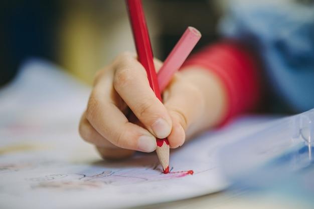 Petit dessin animé de dessin d'enfant avec un crayon qui est une bonne activité pour améliorer l'art créatif et les compétences d'écriture à la main chez les enfants. concept pour l'éducation et l'apprentissage.
