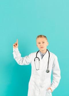 Petit docteur pointant vers le haut vue de face