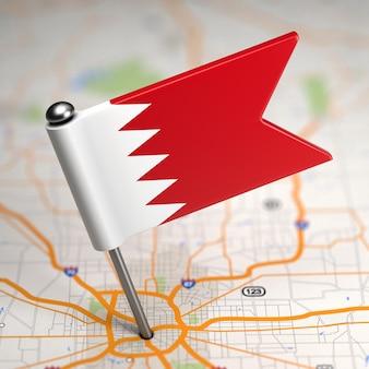 Petit drapeau de bahreïn sur un fond de carte avec mise au point sélective.