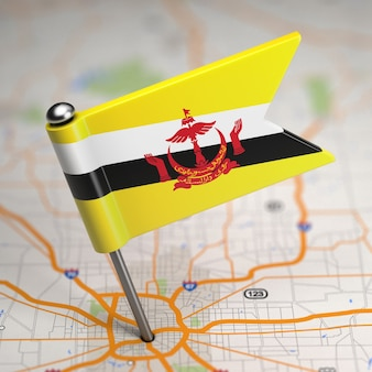 Petit drapeau de la nation de brunei, demeure de la paix sur un fond de carte avec mise au point sélective.