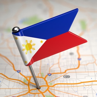 Petit drapeau des philippines sur un fond de carte avec mise au point sélective.