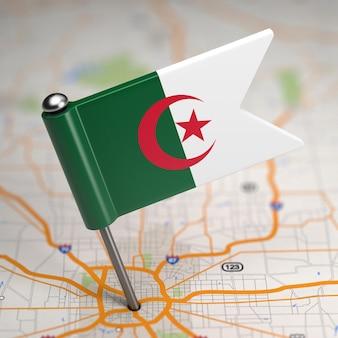 Petit drapeau de la république algérienne démocratique et populaire sur un fond de carte avec mise au point sélective.
