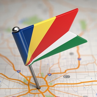 Petit drapeau des seychelles sur un fond de carte avec mise au point sélective.