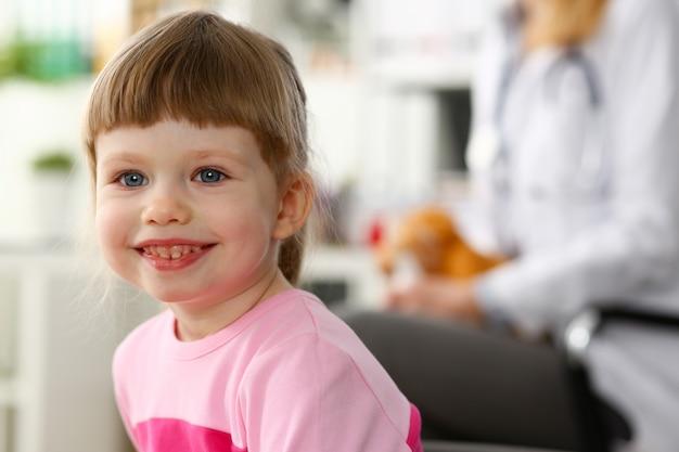 Petit enfant à l'accueil du pédiatre