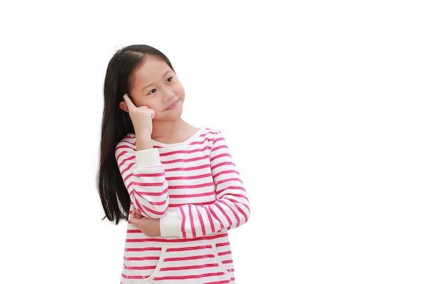 Petit enfant asiatique pensée geste et levant isolé