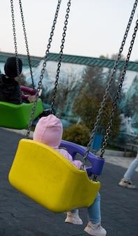 Petit enfant sur une balançoire