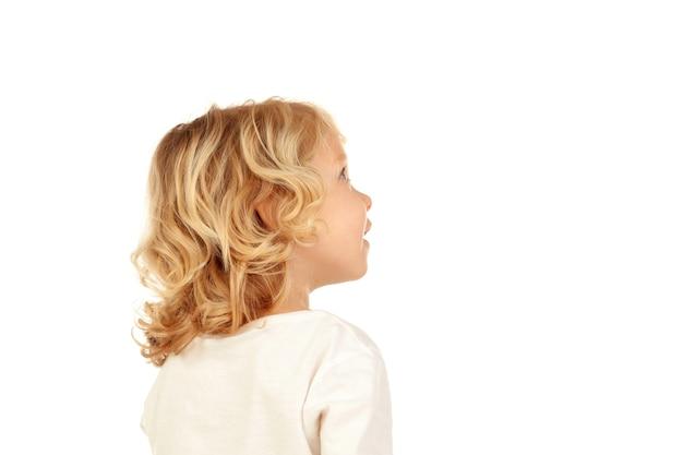 Petit enfant blond imaginant quelque chose