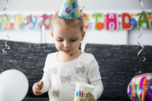 Petit enfant buvant à la fête d'anniversaire