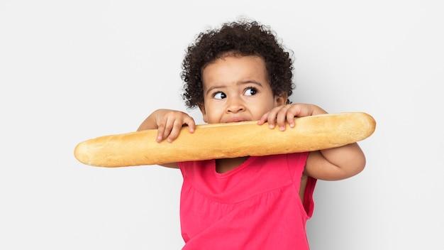 Petit enfant avec le concept de pain