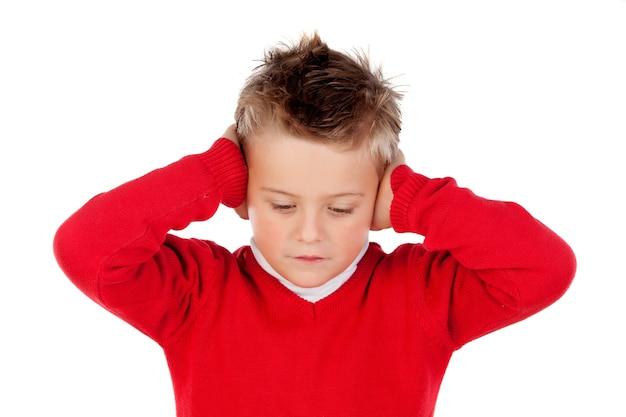Petit enfant couvrant les oreilles