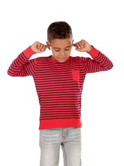 Petit enfant couvrant ses oreilles