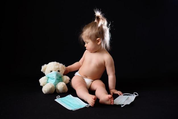 Un petit enfant est assis à côté d'un ours en peluche malade. le concept