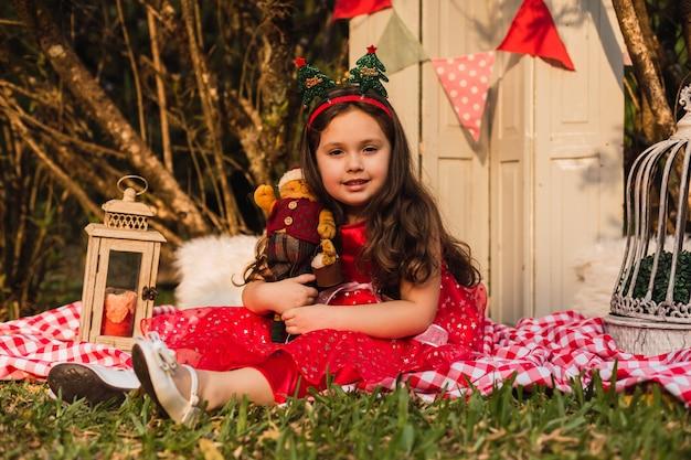 Petit enfant est assis à l'extérieur sur un tapis