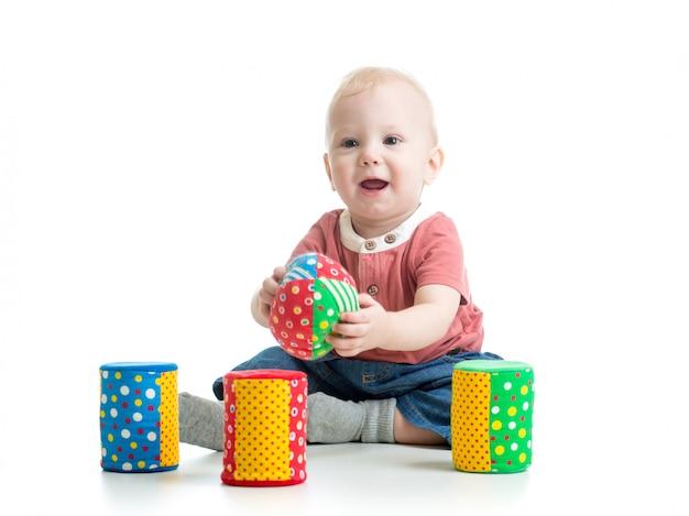 Petit enfant jouant avec des blocs de construction