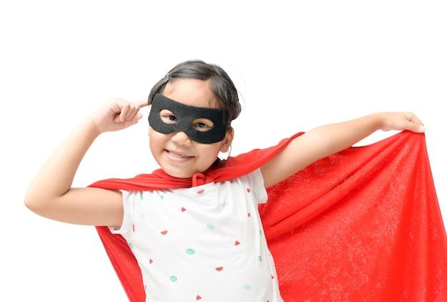 Petit enfant joue super-héros isolé sur fond blanc