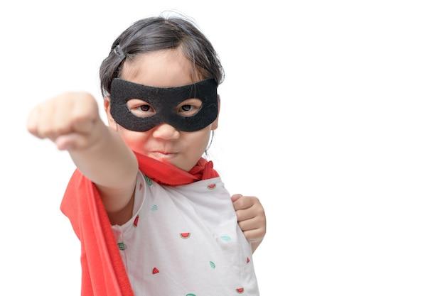 Petit enfant joue super-héros isolé
