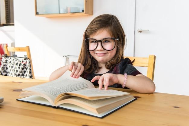 Petit enfant lisant un livre. retour à l'école