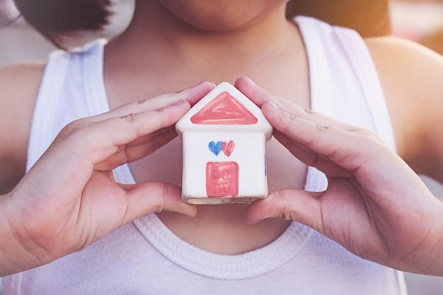 Petit enfant, mains, tenue, maison