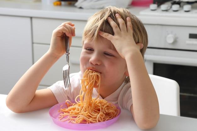 Petit enfant mangeant des pâtes italiennes
