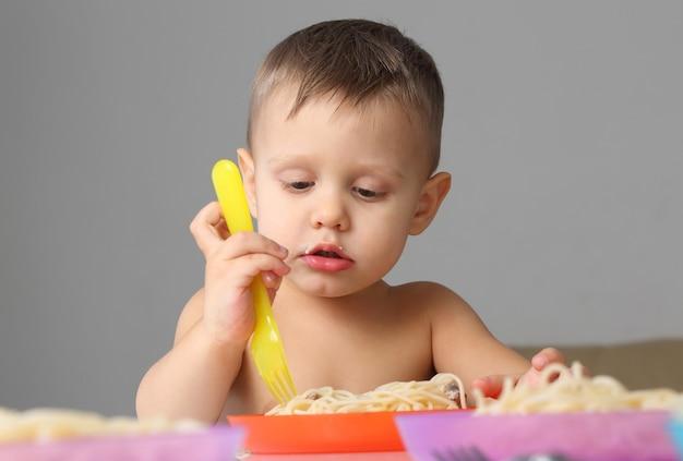 Petit enfant mangeant des pâtes
