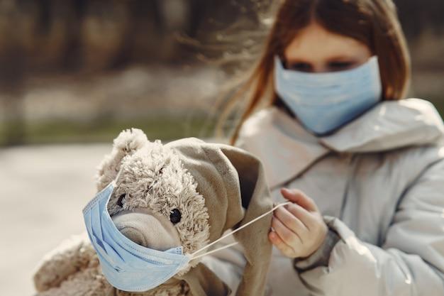 Petit enfant marche dehors dans un masque