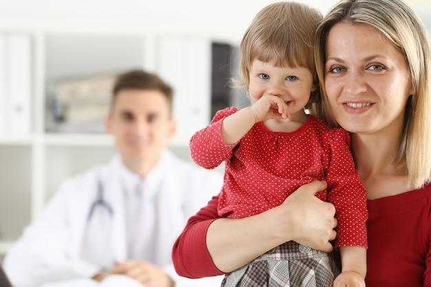 Petit enfant, à, mère, à, pédiatre