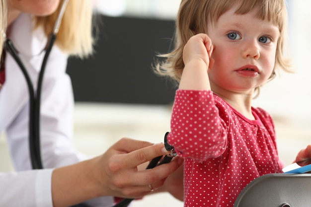 Petit enfant, à, mère, à, réception pédiatre