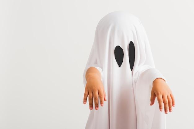 Petit enfant mignon avec costume habillé blanc fantôme halloween effrayant
