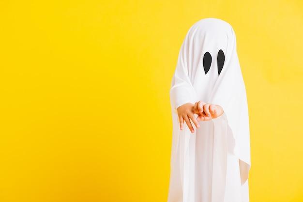 Petit enfant mignon avec costume habillé blanc fantôme d'halloween