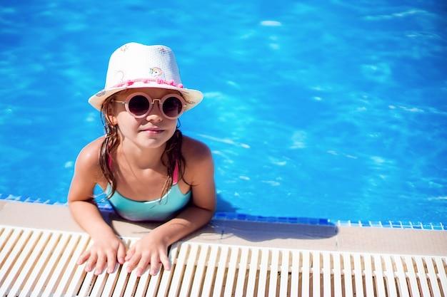 Petit enfant nageant dans la piscine
