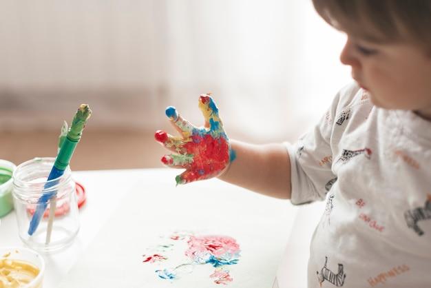 Petit enfant peignant comme un artiste