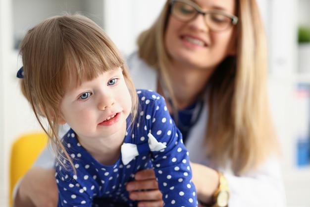 Un petit enfant a peur dans la chambre d'hôpital