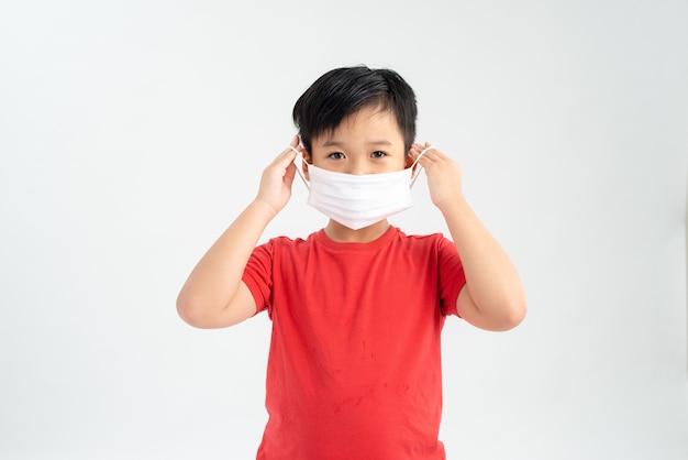 Petit enfant portant un masque facial