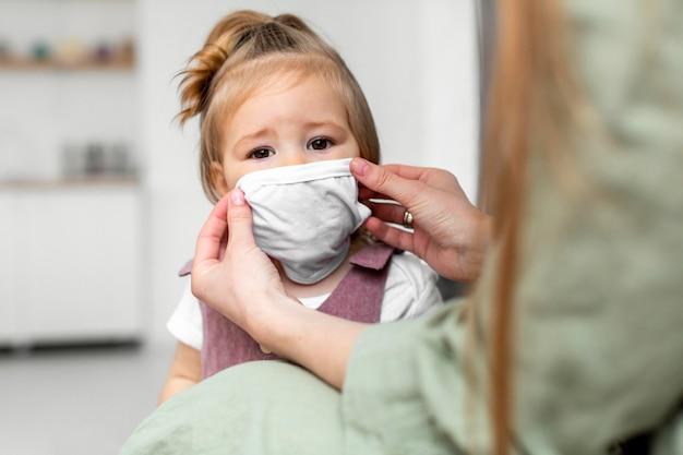 Petit enfant portant un masque médical