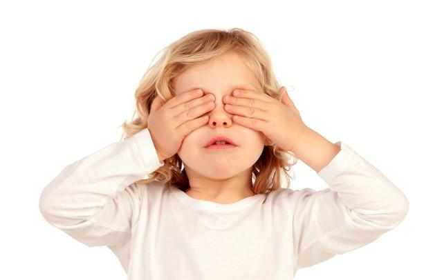 Petit enfant qui couvre ses yeux