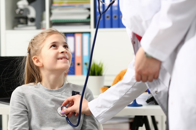 Petit enfant à la réception pédiatre