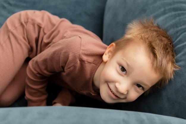 Petit enfant restant sur le canapé