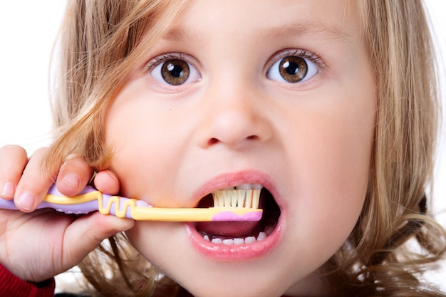 Petit enfant se brosser les dents