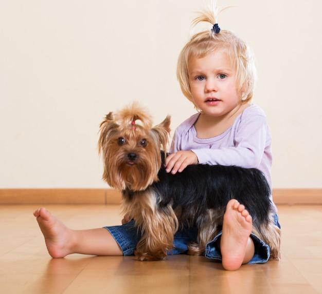 Petit enfant tenant yorkshire terrier